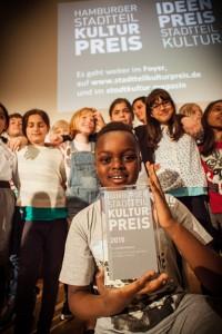 """Die """"Tausch""""-Schüler präsentieren ihren Preis, Foto: Jo Larsson, www.jolarsson.com"""